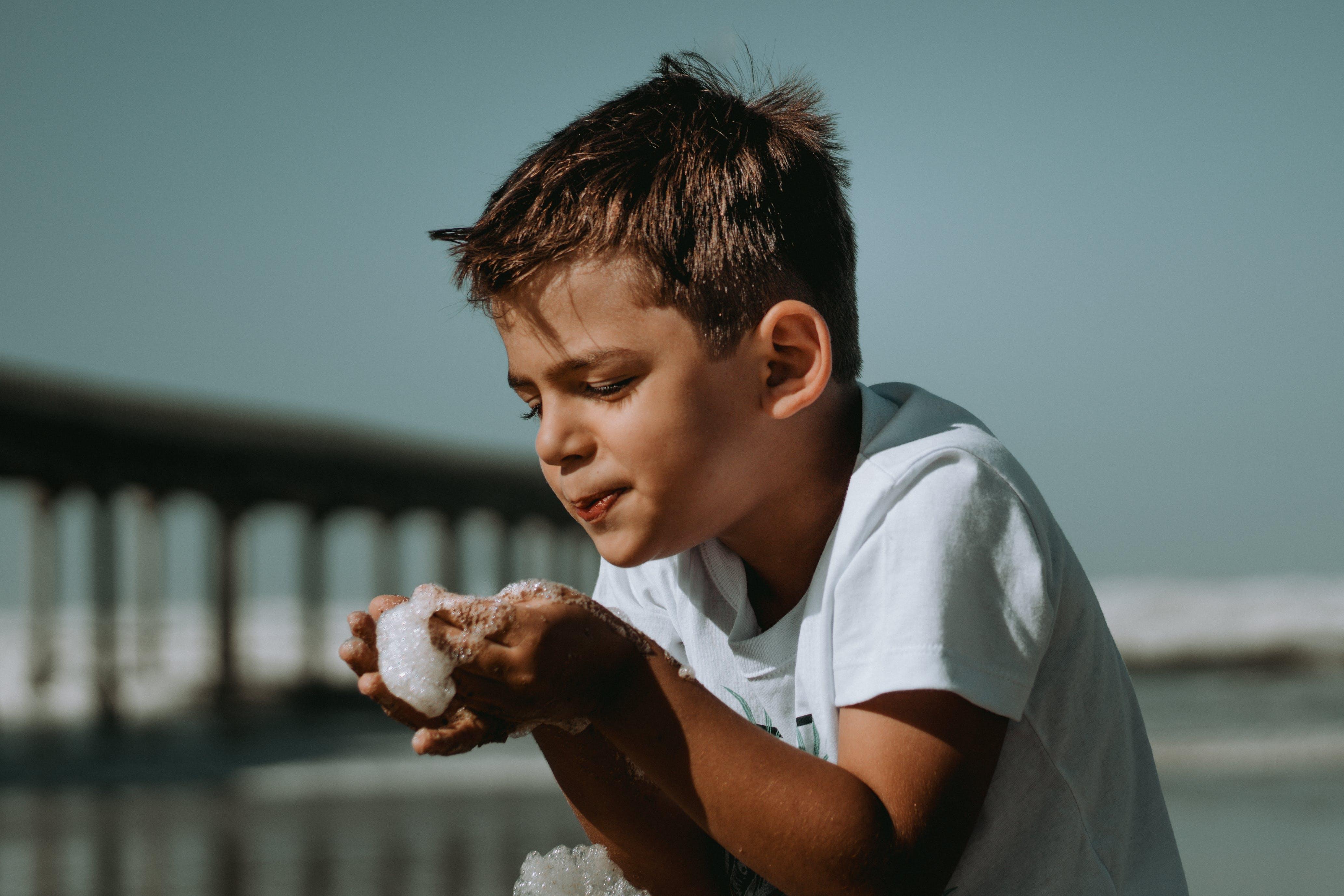 Fotobanka sbezplatnými fotkami na tému chlapec, dieťa, fúkajúce bubliny, hranie