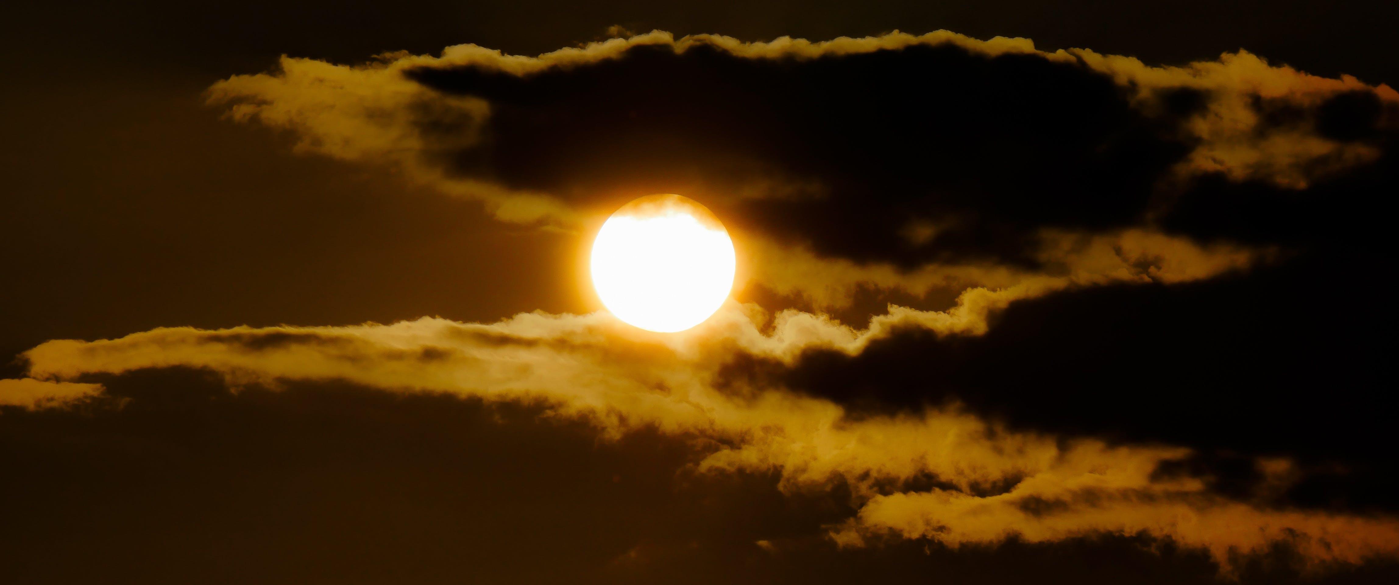 Foto profissional grátis de alvorecer, assustador, brilhante, céu