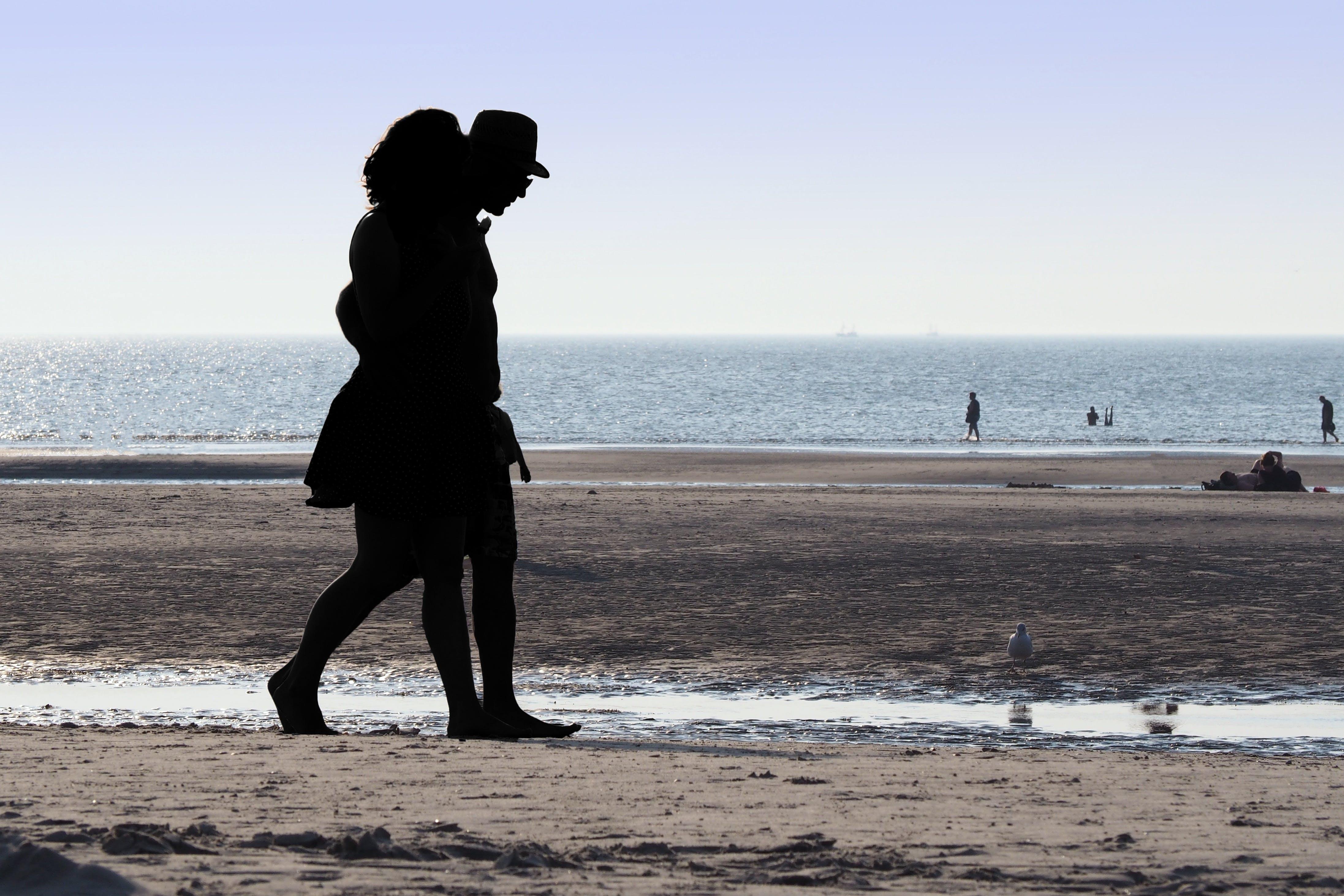 Foto profissional grátis de adultos, areia, beira-mar, casal