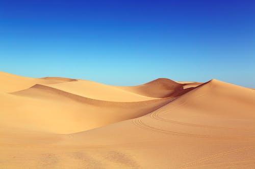 Ilmainen kuvapankkikuva tunnisteilla aavikko, auringonvalo, autiomaa, dyyni