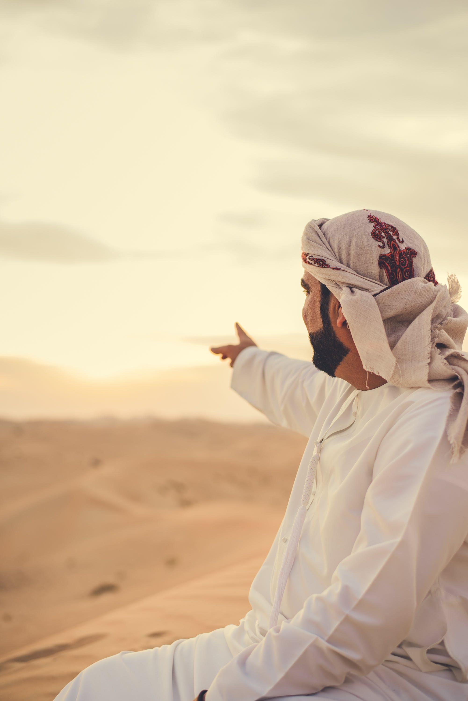 Δωρεάν στοκ φωτογραφιών με thawb, thobe, άμμος, άνδρας