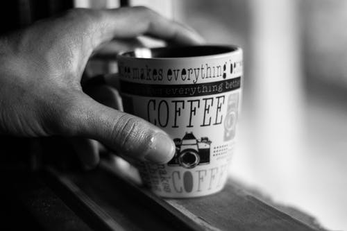 Foto d'estoc gratuïta de beguda, blanc i negre, cafè, concentrar-se
