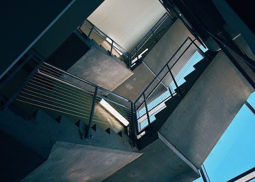 Ansicht Von Unten Der Treppe Innerhalb Des Gebäudes