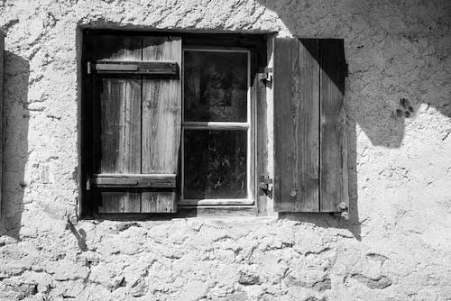 Základová fotografie zdarma na téma betonový povrch, černobílá, denní světlo, dřevěné okno