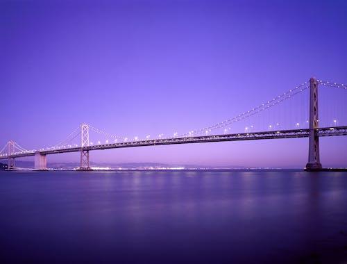 Gratis arkivbilde med arkitektur, bro, daggry, hav