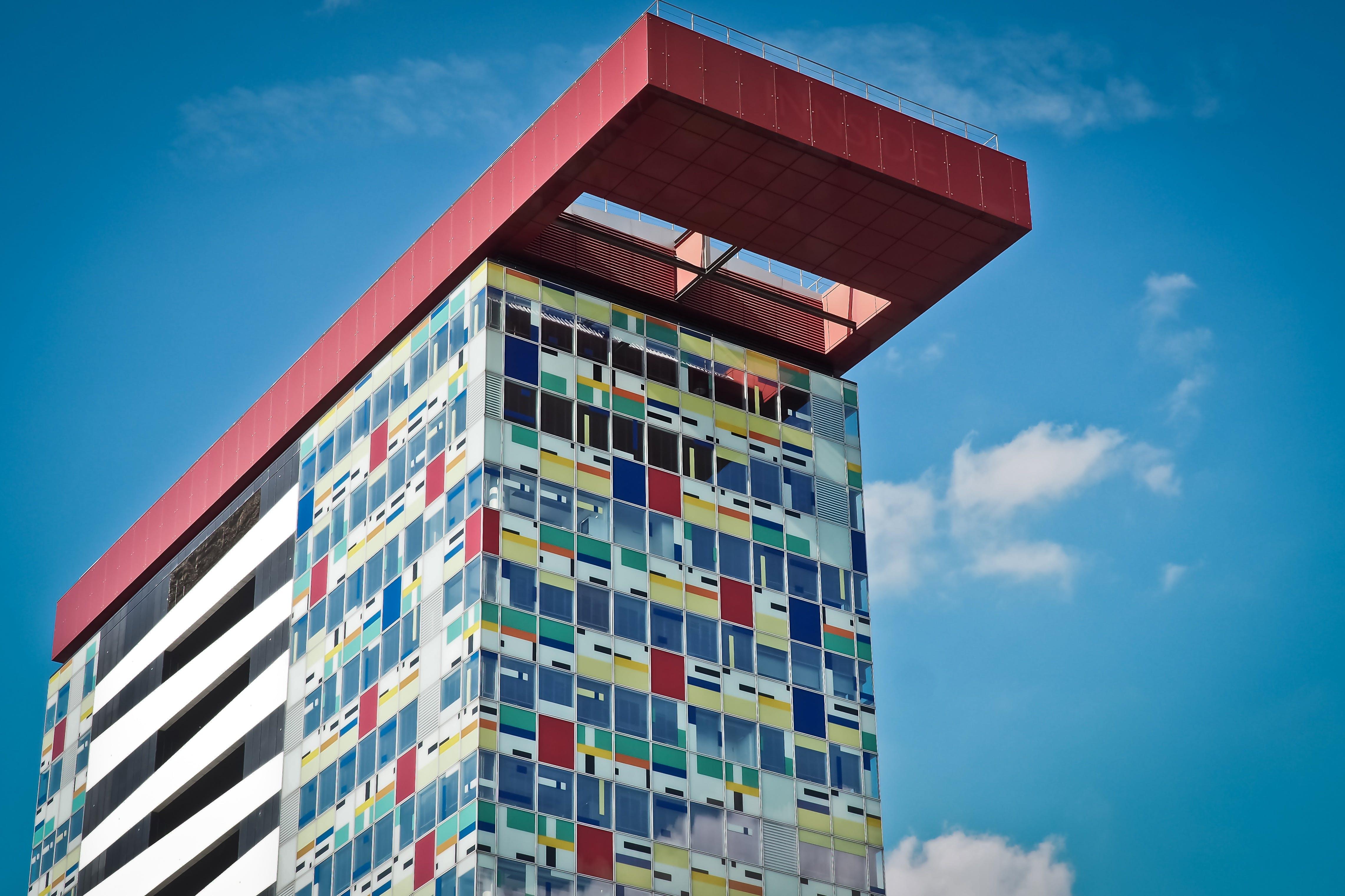 zu architektur, aufnahme von unten, blauer himmel, bunt