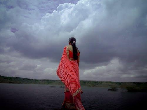 คลังภาพถ่ายฟรี ของ ผู้หญิงอินเดีย, ริมฝั่งแม่น้ำ, สา
