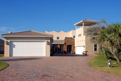 Gratis stockfoto met architectuur, carport, garage, gebouw