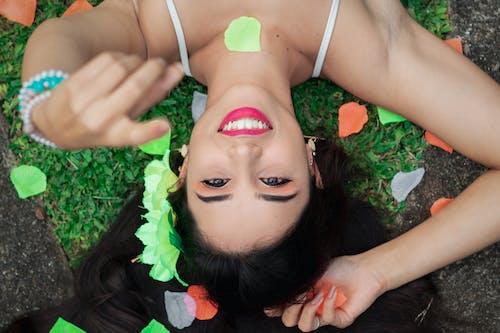 Gratis lagerfoto af afslapning, armbånd, attraktiv, blomst