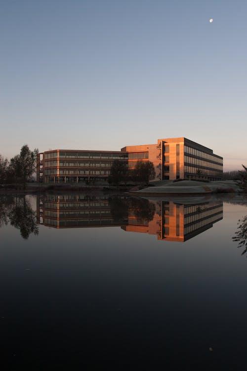 Gratis arkivbilde med arkitektur, bygning, daggry, innsjø