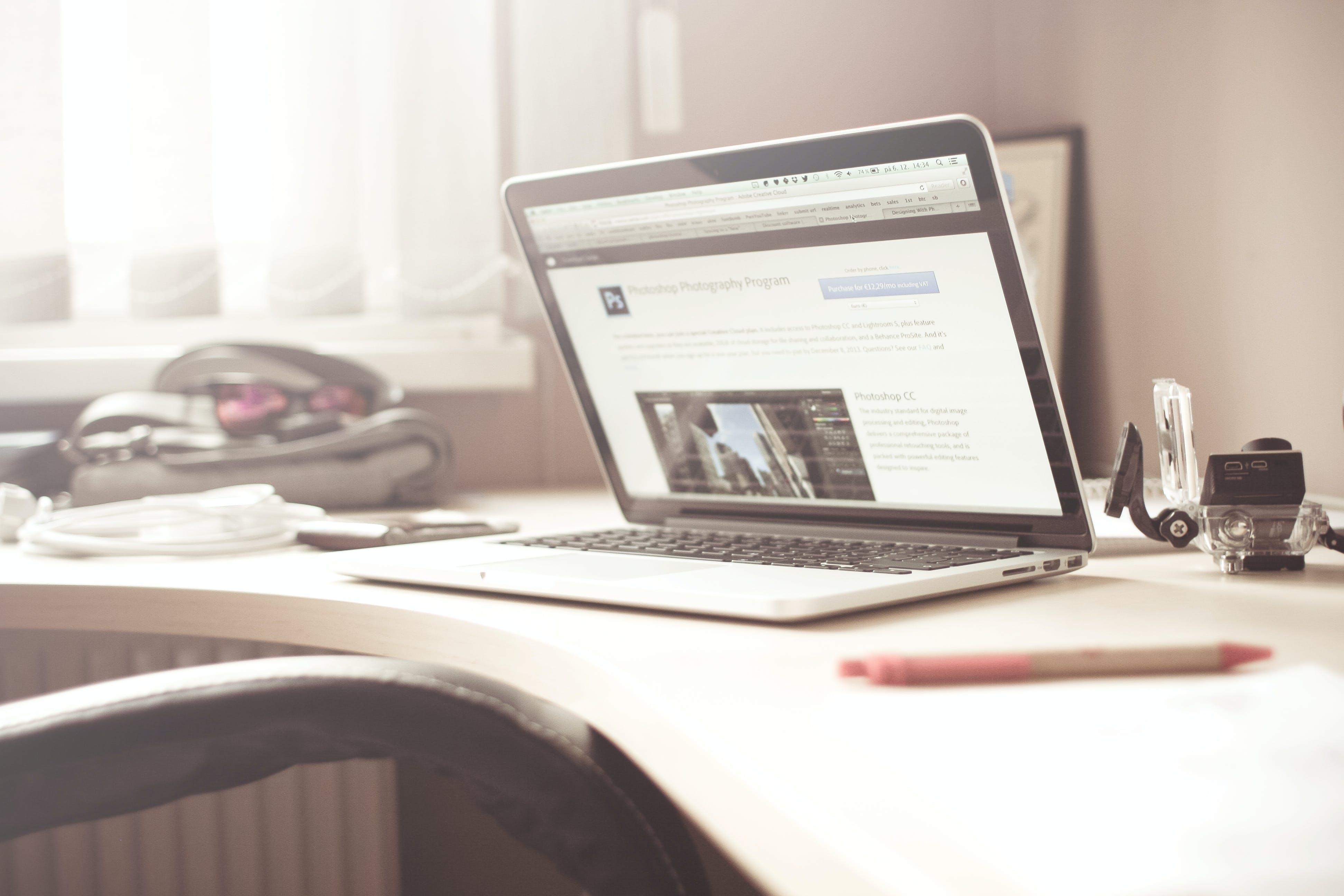 Kostenloses Stock Foto zu schreibtisch, laptop, stift, technologie