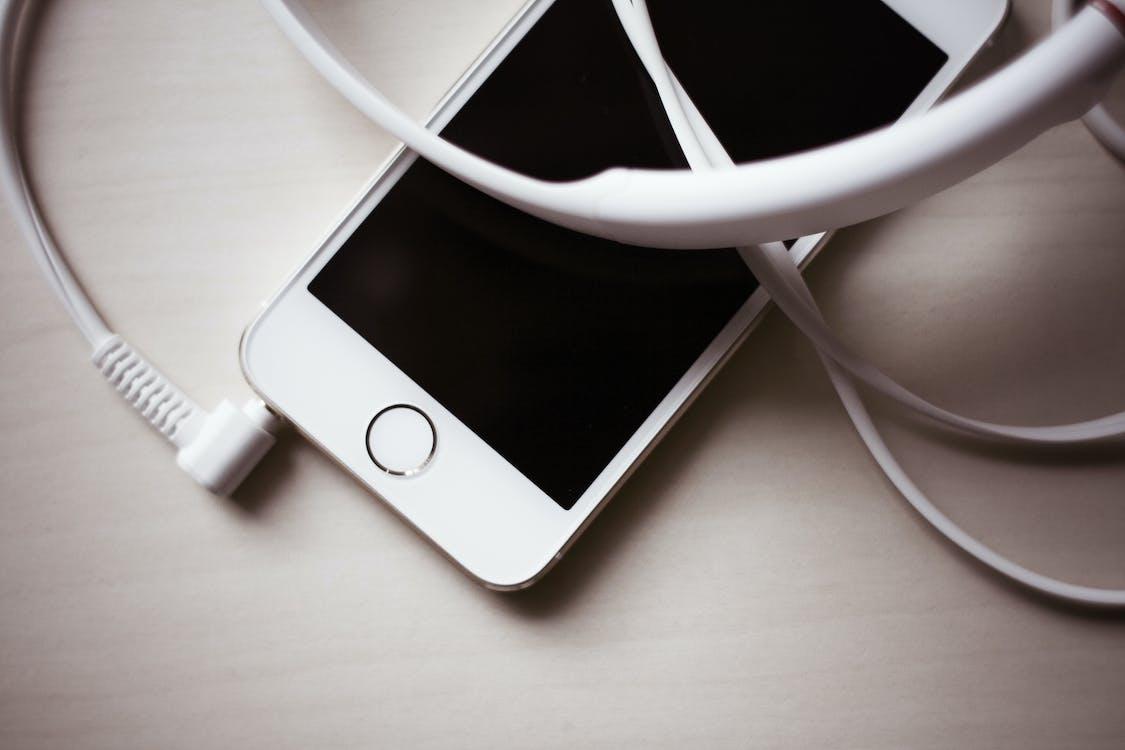 Auricolare Bianco Collegato A Iphone 5s Oro