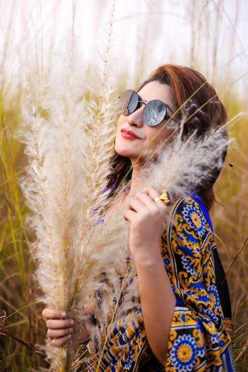 Vrouw Draagt Een Zonnebril