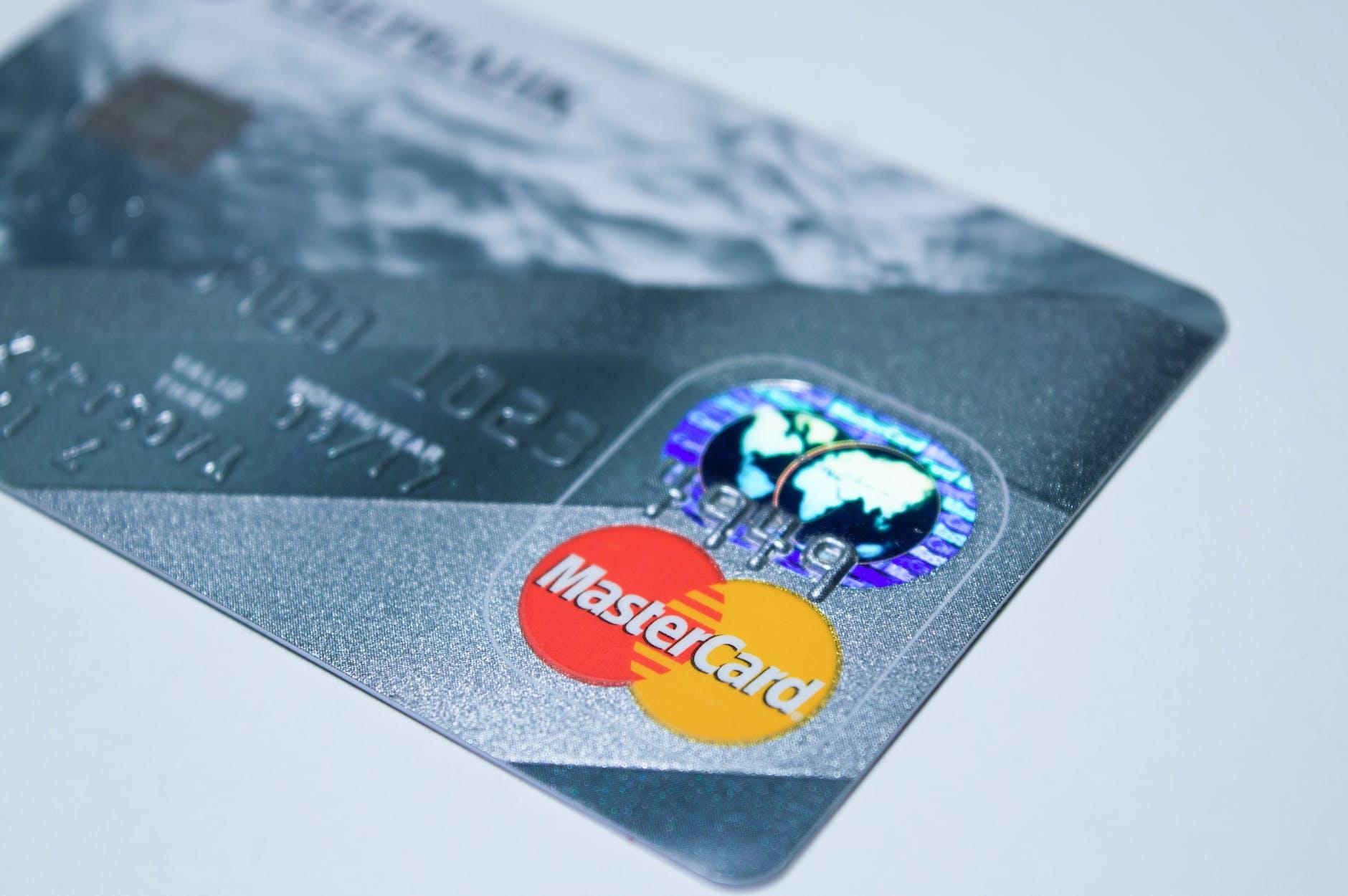 Penggunaan kartu debit ATM.