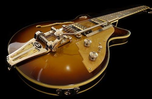 Бесплатное стоковое фото с гитара, музыкальный инструмент, струнный инструмент