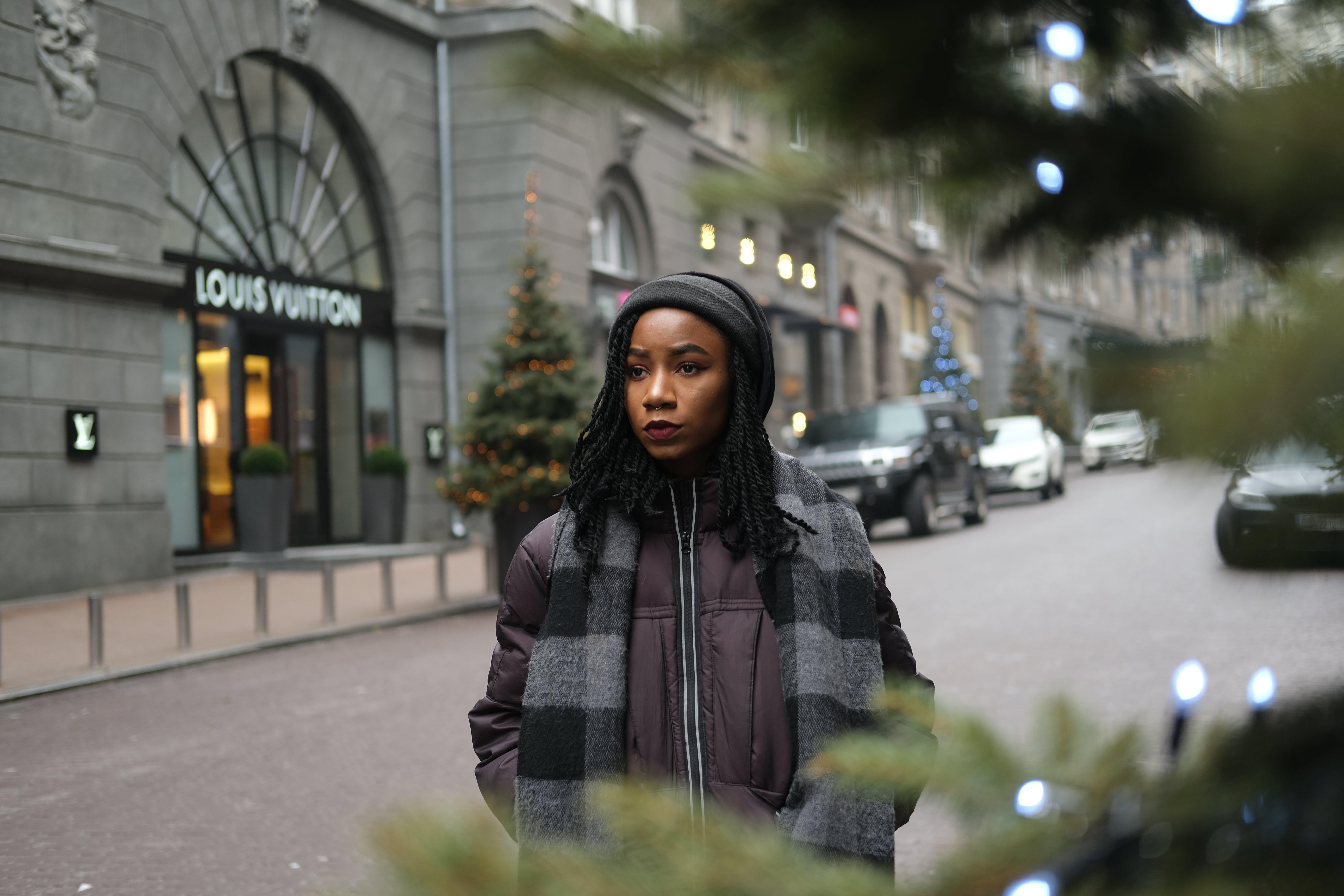 Ilmainen kuvapankkikuva tunnisteilla afrikkalainen nainen, afroamerikkalaiset naiset, autot, huivi