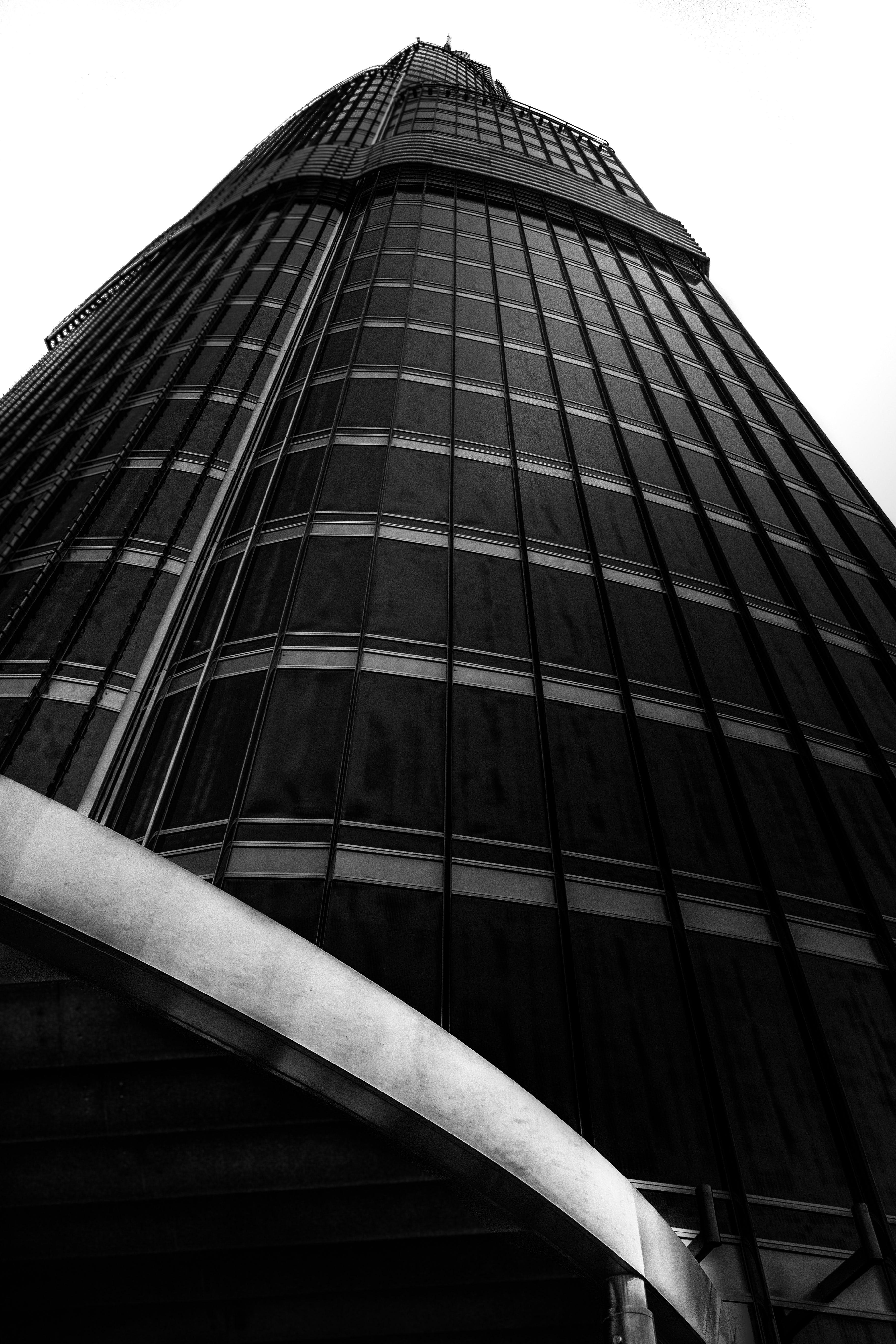 คลังภาพถ่ายฟรี ของ ขาวดำ, คฤหาสน์, ตึกระฟ้า, ภาพถ่ายมุมต่ำ
