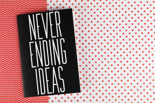 Δωρεάν στοκ φωτογραφιών με ασπρόμαυρο, κόκκινο και λευκό φόντο, λάπτοπ, ποτέ δεν τελειώνει τις ιδέες