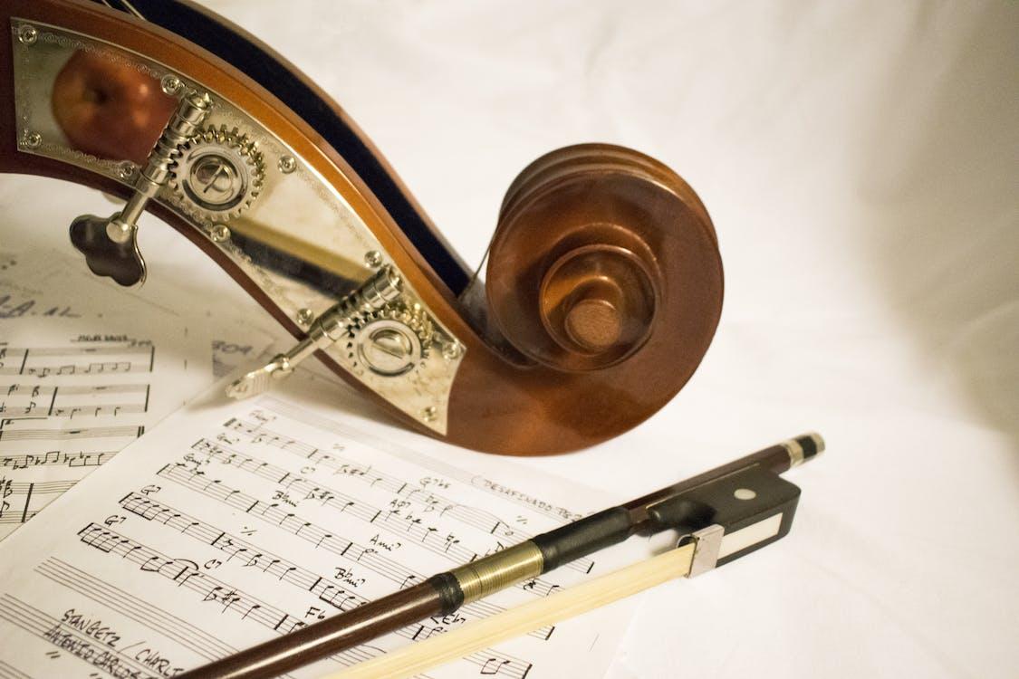 Pilha De Notas Musicais Em Tecido Branco