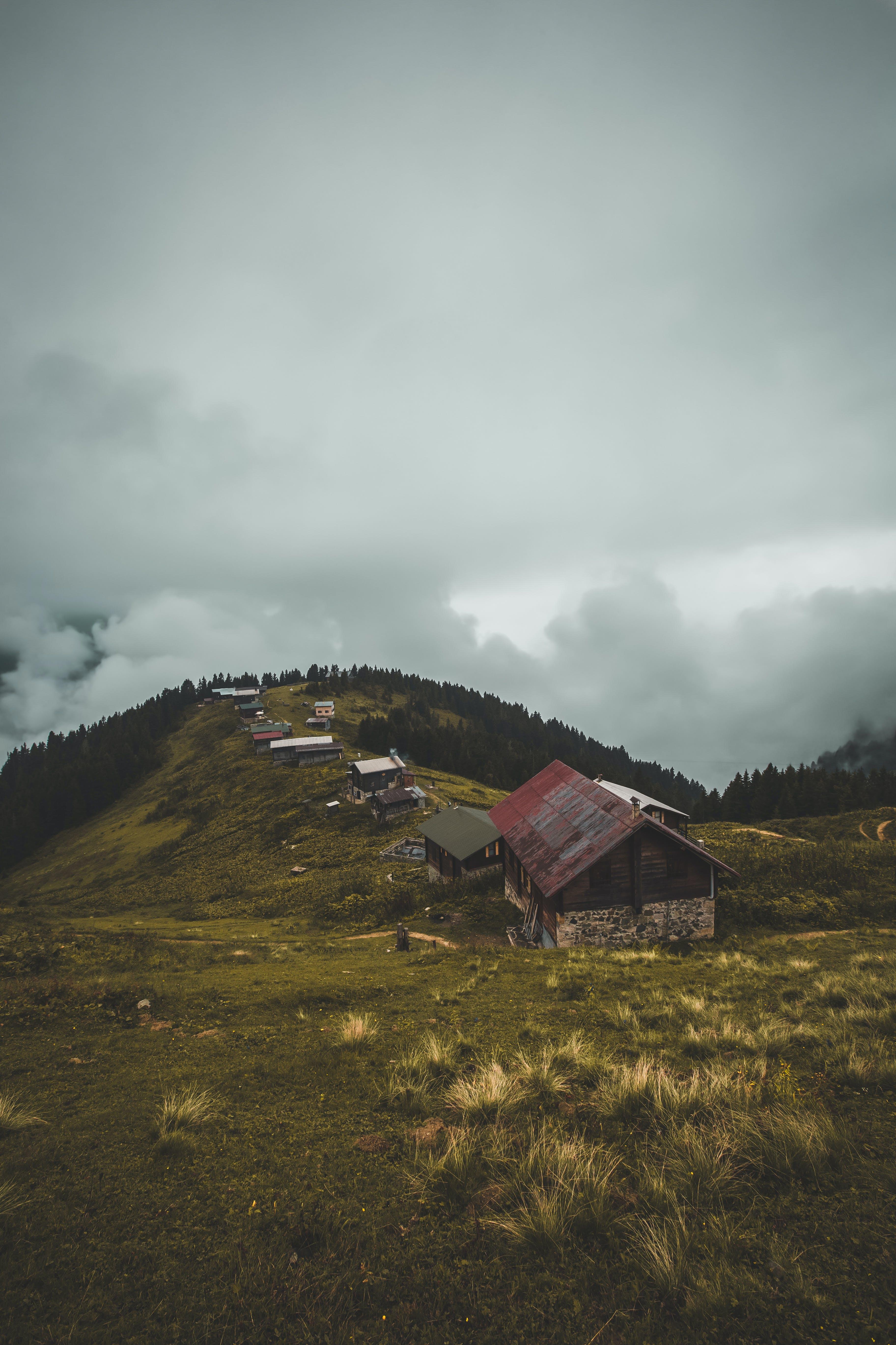Kostnadsfri bild av åkermark, berg, bondgård, dagsljus