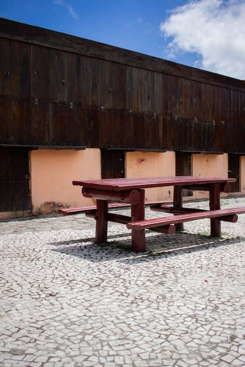Kostnadsfri bild av arkitektonisk design, arkitektur, bänkar, bord