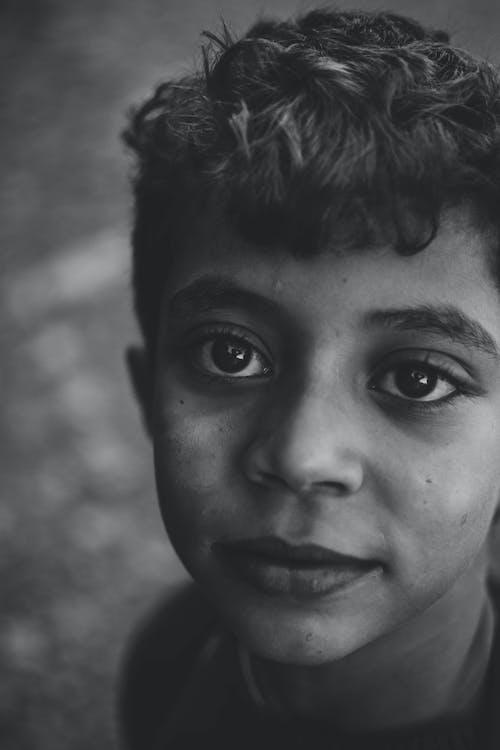 Základová fotografie zdarma na téma černobílá, chlapec, detailní záběr