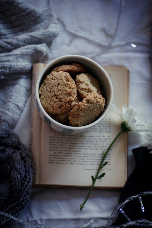 Gratis arkivbilde med bakervarer, bakt, blomst, bok