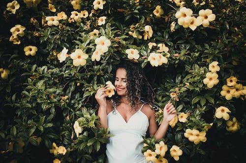女人, 微笑, 成人, 擺姿勢 的 免費圖庫相片