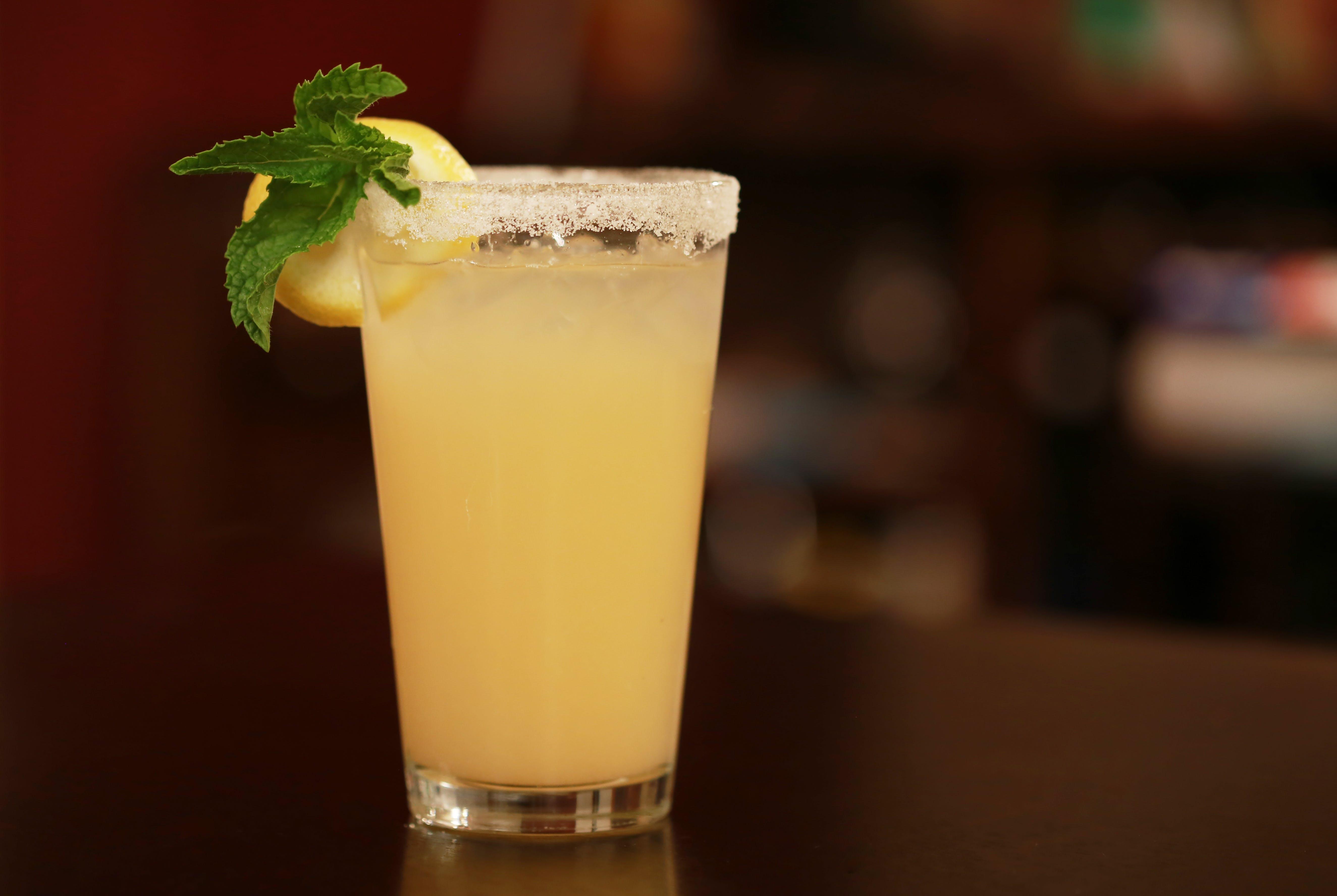 Gratis lagerfoto af alkoholholdige drikkevarer, alkoholisk drikkevare, bar, citron