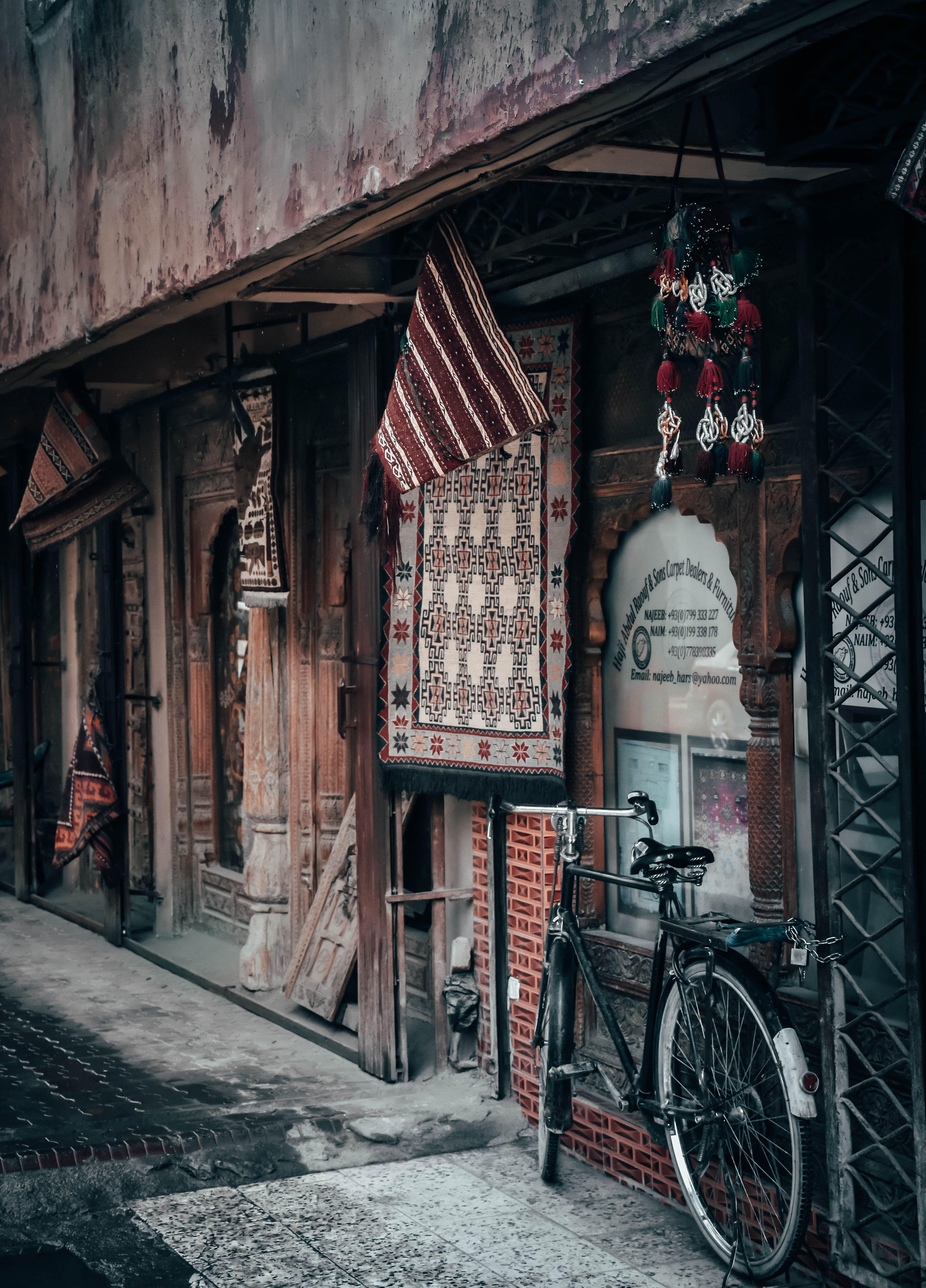 Základová fotografie zdarma na téma architektura, denní světlo, dlažba, dopravní systém