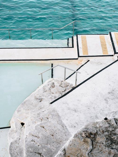 Foto profissional grátis de água, ao ar livre, ao lado da piscina, cênico
