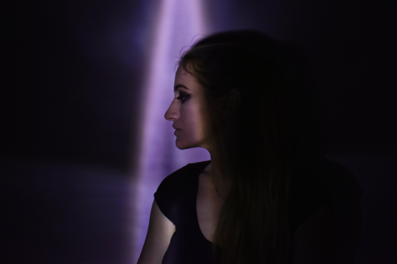 คลังภาพถ่ายฟรี ของ ท่าทาง, ผู้หญิง, ภาพพอร์ตเทรต, มืด