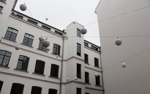 Ingyenes stockfotó ablakok, alacsony szögű felvétel, bérház, design témában