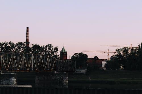 Kostenloses Stock Foto zu alte fabrik, architektur, bäume, brücke