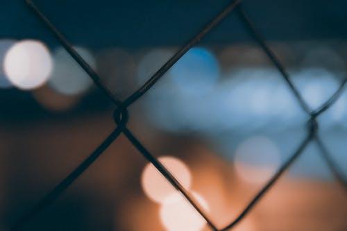 คลังภาพถ่ายฟรี ของ กั้นรั้ว, มืด, สว่าง, หลุดโฟกัส