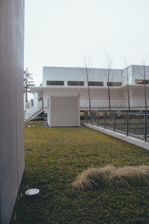 Gratis lagerfoto af arkitektdesign, arkitektur, beton, blå himmel