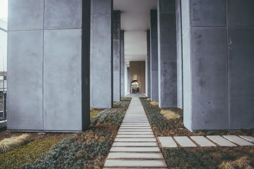 Darmowe zdjęcie z galerii z architektura, budynek, chodnik, kolumny
