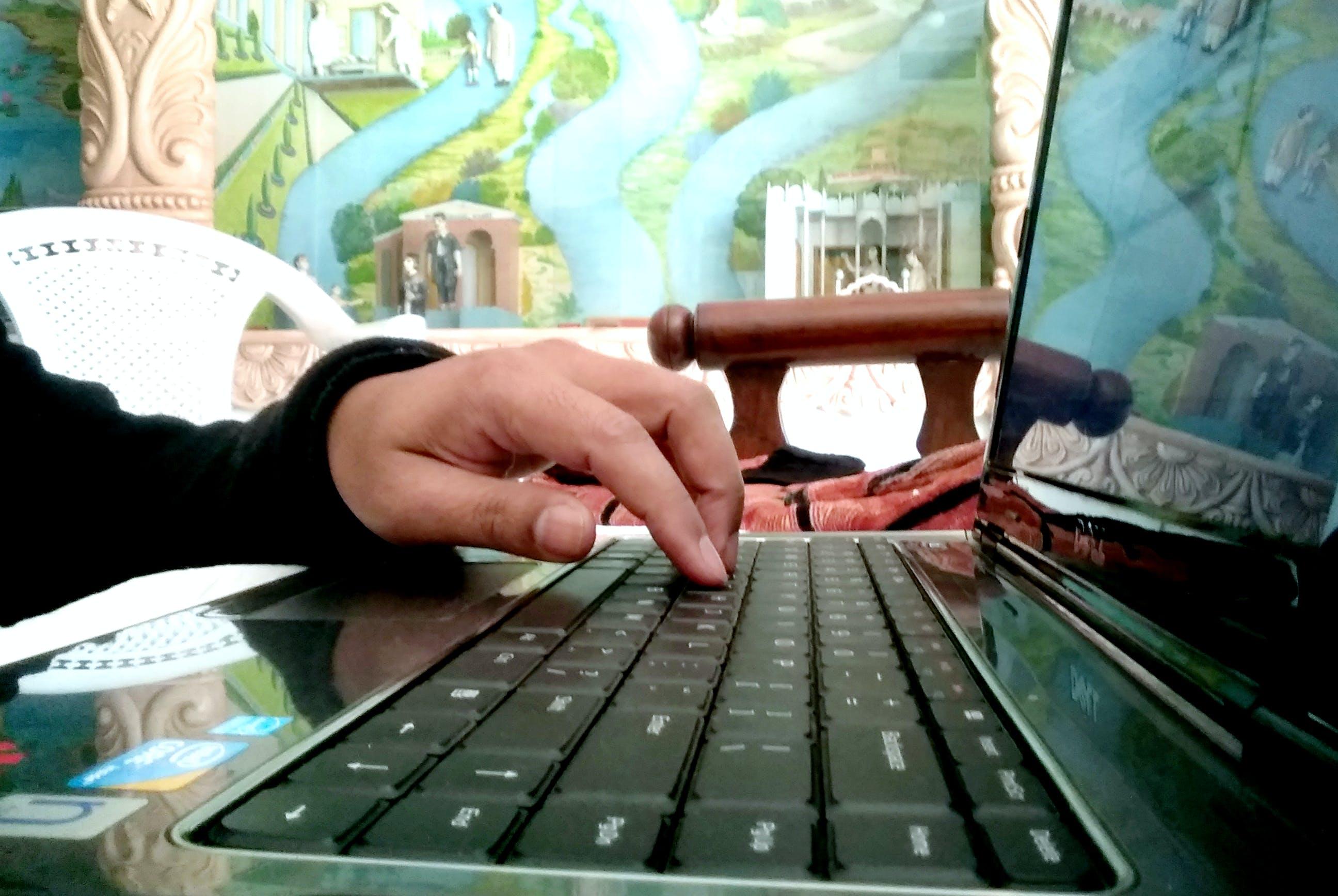 Gratis arkivbilde med bærbar datamaskin, datatastatur, gutt hånd, skrive på maskin