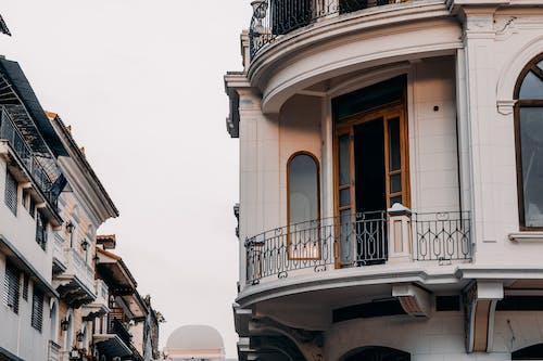 Kostenloses Stock Foto zu architektur, aufnahme von unten, außen, balkon