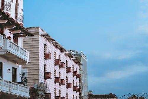 Kostenloses Stock Foto zu architektur, aufnahme von unten, außen, balkone