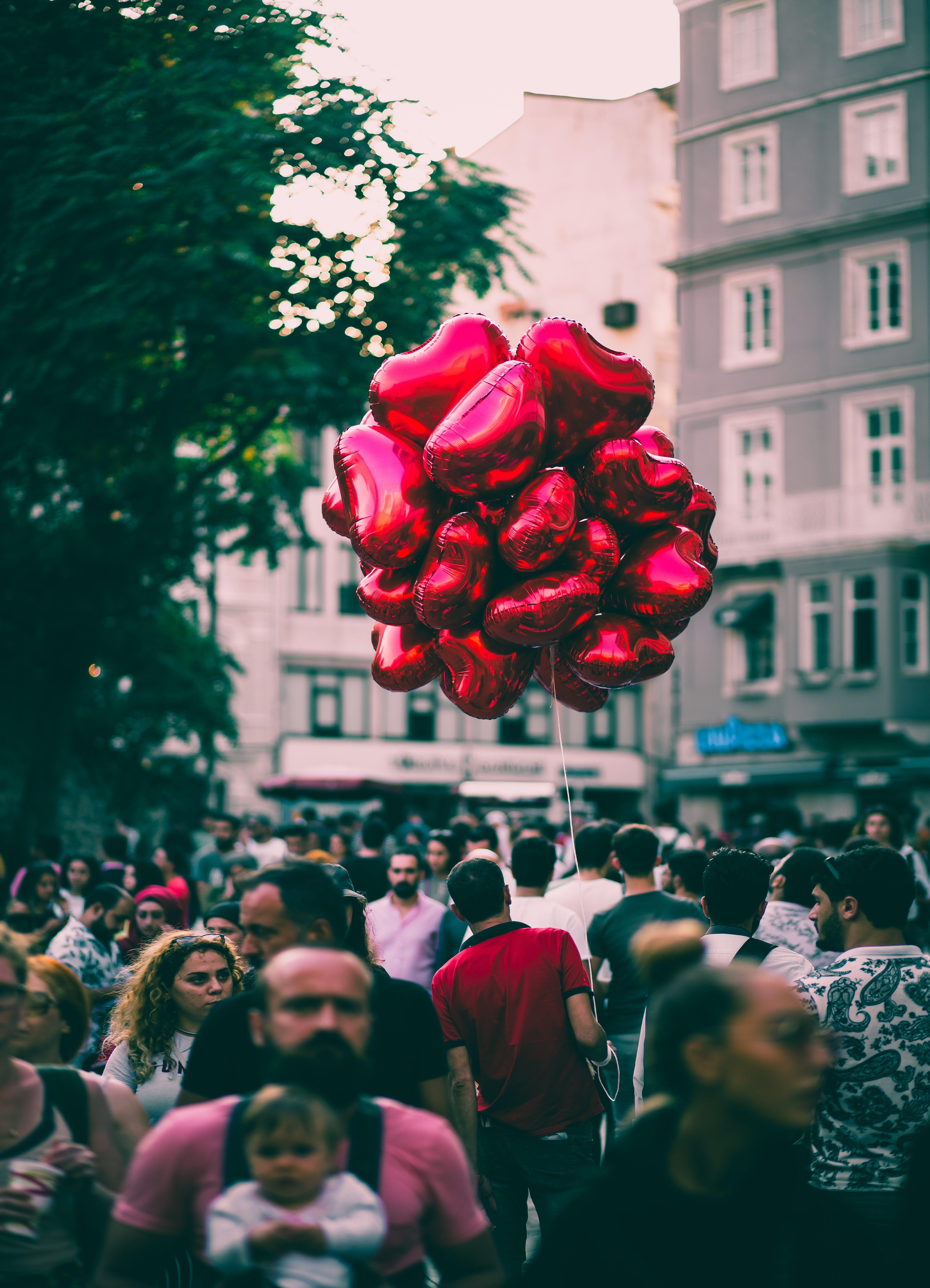 Gratis lagerfoto af balloner, by, bygninger, børn