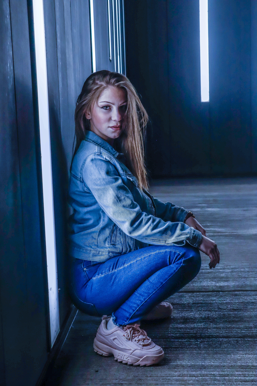 Gratis lagerfoto af blå baggrund, blå jeans, blue angels, smukke piger