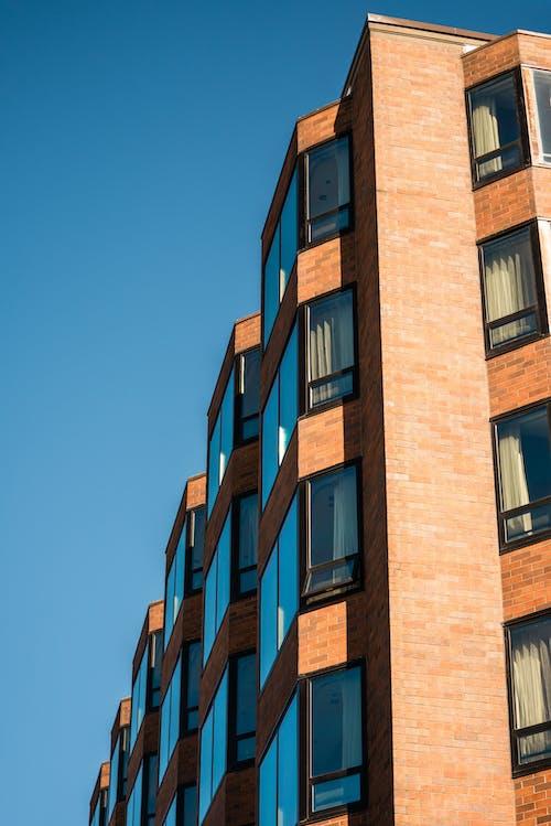Gratis arkivbilde med arkitektonisk design, arkitektur, blå himmel, boligblokk