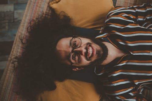 Gratis lagerfoto af afslappet, ansigtsbehåring, ansigtsudtryk, briller