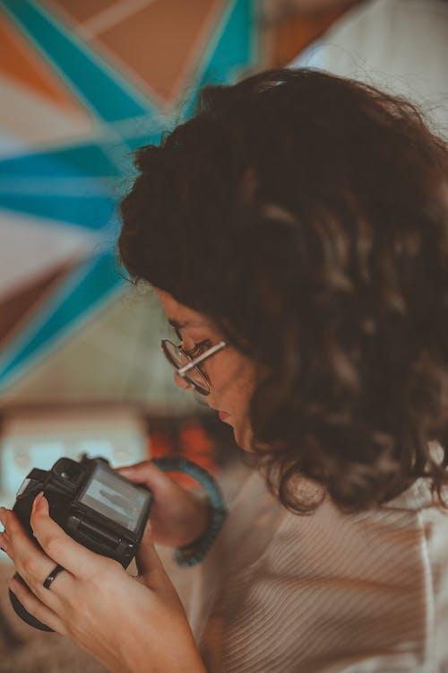 Základová fotografie zdarma na téma barvy, brýle, dáma, denní světlo