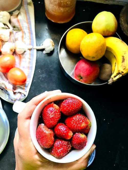 Бесплатное стоковое фото с flat lay, банан, клубника, кухня