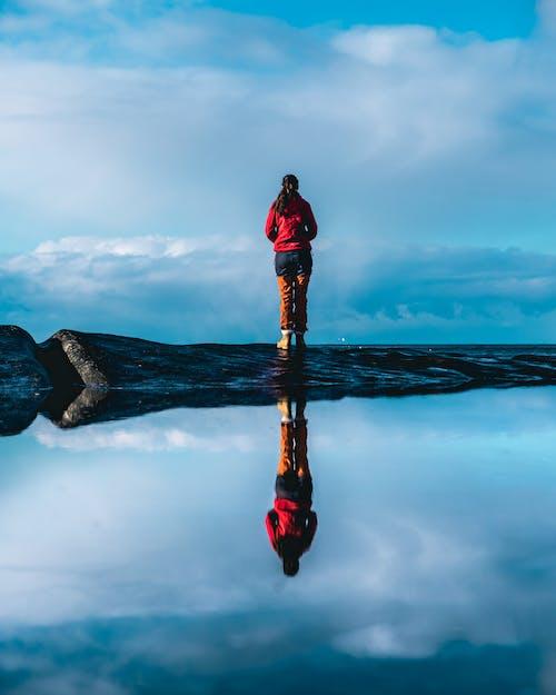 Foto d'estoc gratuïta de aigua, dempeus, dona, natura