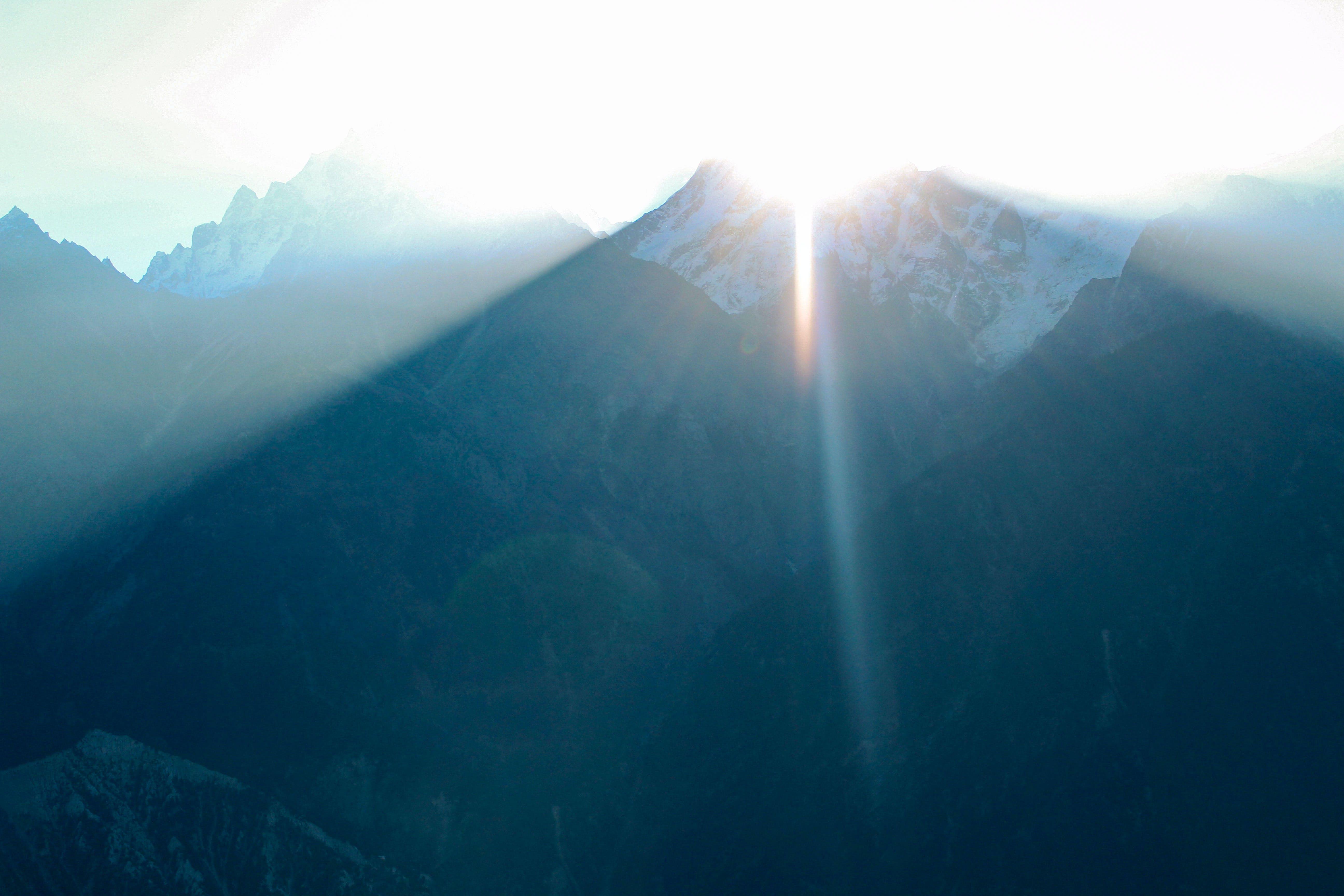 Gratis lagerfoto af bjerg, blå bjerge, solopgang, Solstråler
