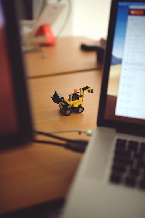 Безкоштовне стокове фото на тему «lego, жовтий, ноутбук, стіл»