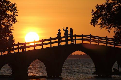 Gratis arkivbilde med bro, himmel, landskap, mennesker